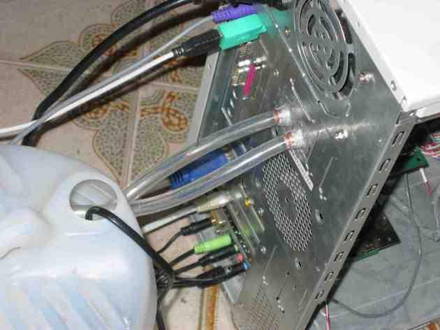 Tubos de cobre pegados a la caja del PCDisipador funcionando